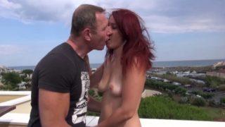Un couple d'amoureux part en vacances au cap d'agde.